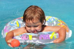 Baby schwimmt im Schwimmring