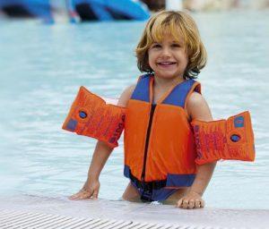 Kind trägt orangene Sima Schwimmweste
